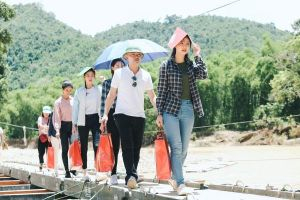 Top 3 Hoa hậu Thế giới Việt Nam vượt đường sạt lở giúp dân vùng lũ