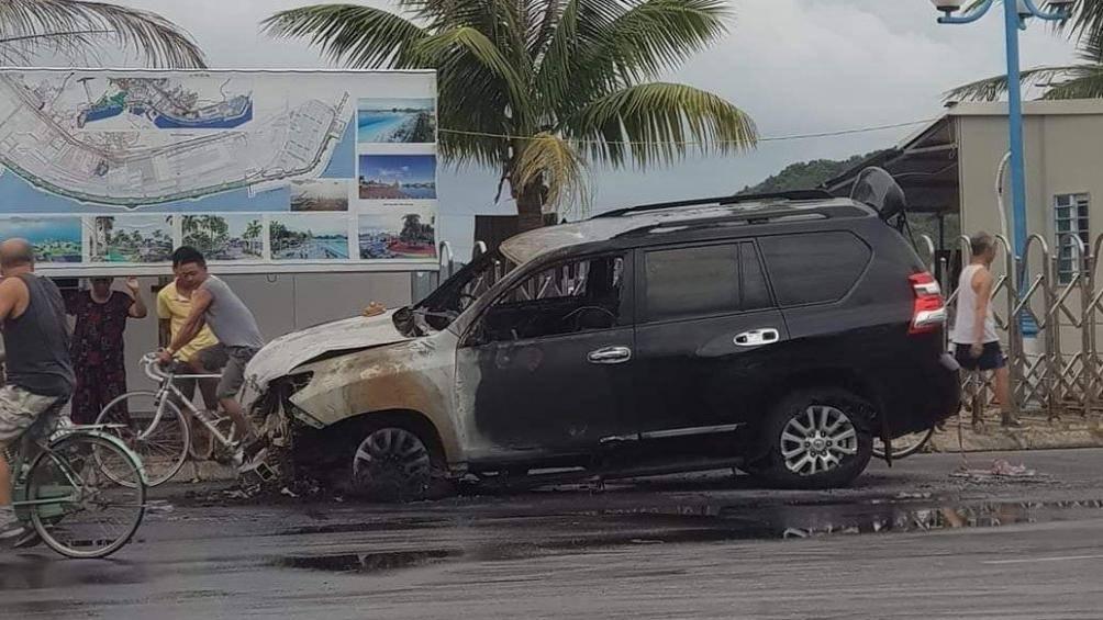 Lái xe say rượu gây tai nạn, 'xế sang' 2 tỷ bốc cháy dữ dội