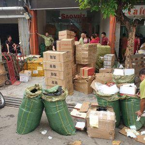 Túi xách Versace, Gucci, bánh trung thu 'made in China' len lỏi vào Thủ đô Hà Nội