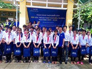 250 phần quà được trao cho học sinh tại xã Phú Tân (Tiền Giang)