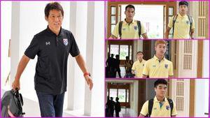HLV Thái Lan lùa học trò ra sân tập ngay ngày đầu tập trung