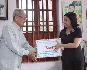 Đồng chí Phó Chủ tịch HĐND tỉnh thăm, tặng quà gia đình người có công với cách mạng tại huyện Gia Viễn, Hoa Lư