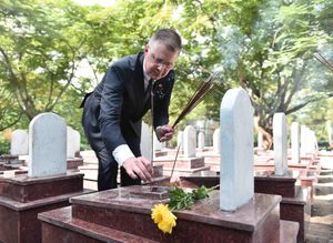 Lần đầu tiên Đại sứ Hoa Kỳ thắp hương tại Nghĩa trang Quốc gia Trường Sơn