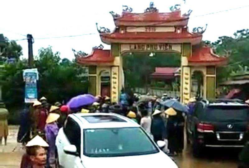 Vụ bị dân vây vì đập cổng làng: Triệu tập 11 người