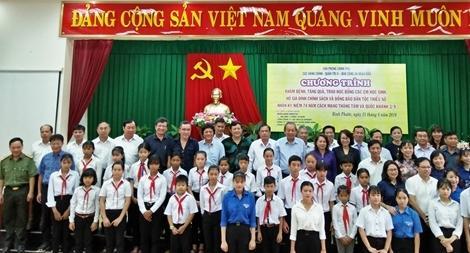 Phó Thủ tướng Thường trực Trương Hòa Bình tặng quà đồng bào nghèo, gia đình chính sách