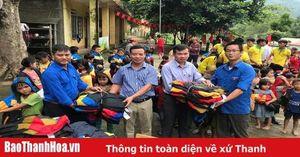 Báo Thanh Hóa phối hợp với các tổ chức từ thiện trao quà cho học sinh vùng cao Mường Lát