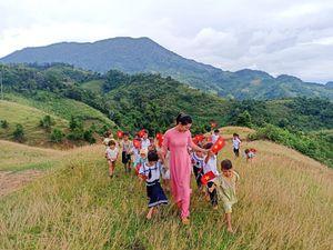 Xúc động lễ khai giảng 2 cô giáo 34 trò trên vùng cao Nam Trà My