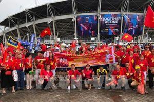 Cổ động viên Việt Nam đến Sân vận động Thammasat tiếp lửa cho đội tuyển