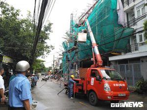 Gió lốc giật sập giàn giáo ở TP.HCM, kéo đứt đường dây điện