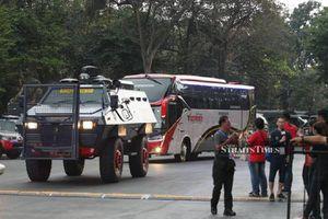 CĐV Indonesia choảng fan Malaysia, cầu thủ đi bằng xe bọc thép