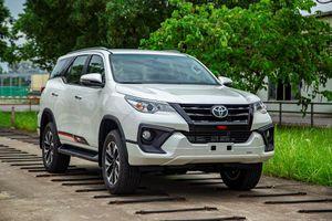 Toyota Fortuner có phiên bản mới, Hilux giảm giá 33 triệu đồng