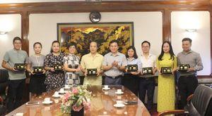 Trao tặng 9 phiên bản kỷ niệm Đồng tiền vàng bản vị 20 'Việt'