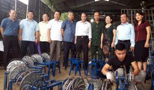 Thẩm định giải thưởng 'Nhân tài đất Việt về khuyến học khuyến tài' của 'kỹ sư chân đất'