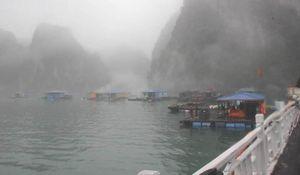 Vịnh Hạ Long trong sương