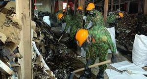 Cận cảnh bên trong khu vực nhà kho Rạng Đông đang tẩy độc