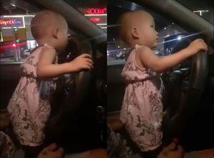 Bức xúc trước cảnh ông bố cho con 2 tuổi cầm vô lăng điều khiển ô tô