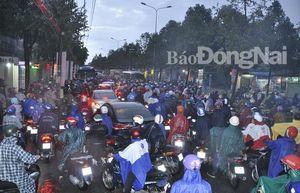 Mưa lớn, đường Nguyễn Ái Quốc, Đồng Khởi bị ngập, kẹt xe kéo dài