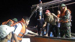 Cứu kịp thời 6 ngư dân trên tàu cá bị hỏng máy, chìm giữa biển Quảng Bình