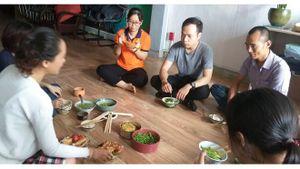 TP HCM: Sợ hãi bệnh tật, mọi người góp đồ nấu cơm chay cùng ăn
