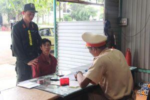 Cảnh sát giao thông bắt đối tượng trốn truy nã, đi xe trộm cắp