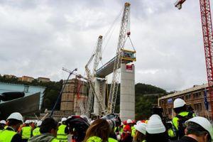 Italy đặt phiến dầm khổng lồ đầu tiên trong dự án khôi phục cầu cạn