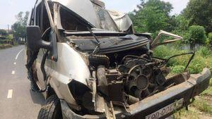 Xe khách 16 chỗ đâm xe máy, tông cột điện khiến 1 người tử vong
