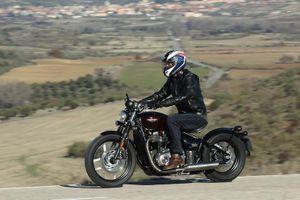 Triumph Bonneville Bobber - dáng ngồi bệ vệ, giá gần 600 triệu