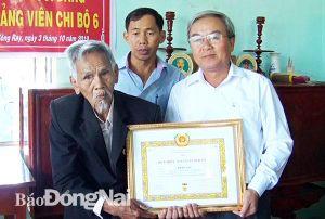 Trao tặng Huy hiệu 70 năm tuổi Đảng cho đồng chí Trần Lục