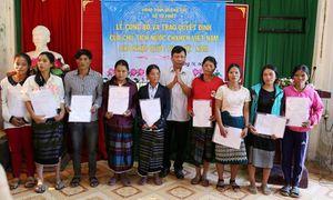 Quảng Trị: Trao quyết định nhập quốc tịch Việt Nam cho 350 cư dân vùng biên giới