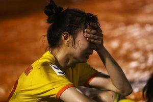 Tuyển thủ nữ bật khóc khi đội nhà tuột huy chương