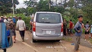 Ô tô 9 chỗ chạy ẩu tông chết 2 người đi xe máy cùng chiều