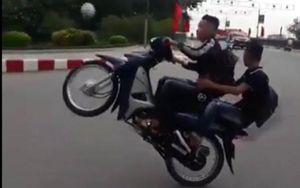 Thiếu niên chạy xe máy đánh võng, 'bốc đầu' giữa đường