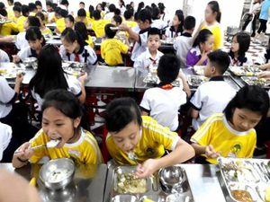 Hơn 20 học sinh tiểu học nhập viện sau bữa ăn xế tại trường