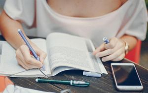 Làm nhiều bài tập sẽ khiến học sinh không hạnh phúc