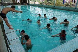 Thầy giáo dạy bơi miễn phí cho học sinh