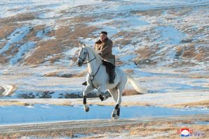 Thông điệp từ hình ảnh ông Kim Jong-un cưỡi ngựa trắng trên núi thiêng