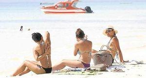 Dẹp nạn du khách ăn mặc quá hở hang nơi bãi biển