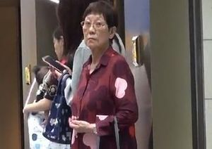 Con trai sở hữu 300 triệu USD, mẹ Châu Tinh Trì vẫn mua đồ giảm giá