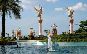 Chiêm ngưỡng tòa lâu đài dát vàng của tỷ phú Thái Lan, cho du khách húp cháo loãng khi đến tham quan