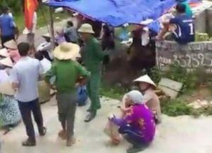 10 phụ nữ vây xe công an, chống người thi hành công vụ