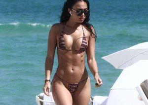 Bà xã cầu thủ Johnny Manziel phô dáng 'bốc lửa' với bikini không thể bé hơn