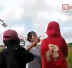 Vụ hai nữ sinh đánh nhau, hàng chục bạn cùng lớp reo hò: Vì sao không ai can ngăn?