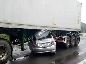 Ô tô con tông vào container, hai người tử vong