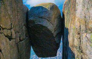 'Sợ lạnh gáy' với những bức ảnh sống ảo tại hòn đá khổng lồ kẹt giữa vực sâu gần 1.000 m