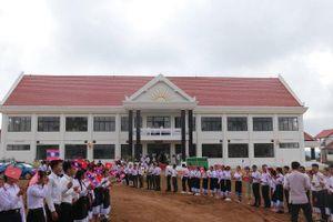 Bàn giao trường học Việt Nam viện trợ cho Lào