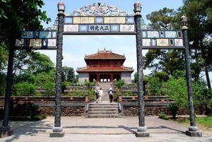 Du khách tìm hiểu giá trị lịch sử Lăng Minh Mạng