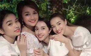 Chị gái Nhã Phương đăng ảnh 'chị chị em em' thân thiết, dân tình lại đổ dồn vào nhan sắc cực phẩm của 3 cô nàng bên cạnh nữ diễn viên