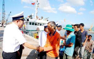 Lai kéo tàu cá bị nạn ở Trường Sa cùng 16 ngư dân vào bờ an toàn