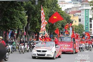 Cổ động viên Việt Nam cổ vũ hết mình trước trận đấu Thái Lan