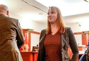Cô gái Mỹ bị khởi tố vì lộ ngực trần trước mặt con riêng của chồng